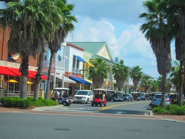 """""""Công viên Disney cho người về hưu"""", Florida, Mỹ: Ngôi làng nằm ở bang Florida này là cộng đồng hưu trí lớn nhất thế giới, với số lượng lên tới hơn 100.000 người. Không ai dưới 19 tuổi được phép định cư ở đây, trẻ em chỉ được tới khoảng 30 ngày mỗi năm. Tuy nhiên, cuộc sống ở đây không bình yên như nhiều người tưởng, thường xuyên có các tin tức như say rượu lái xe golf, """"vui vẻ"""" nơi công cộng, sử dụng ma túy bất hợp pháp và đánh nhau trong quán bar."""