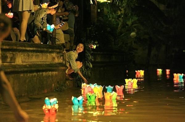 Người Hội An thả đèn trung thu bên sông.