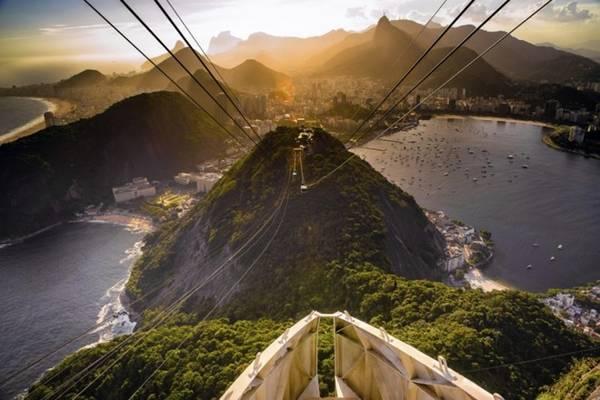 1. Núi Sugarloaf, Rio de Janeiro. Một trong những điểm thu hút khách du lịch nhất thành phố Rio de Janeiro, Brazil đó là đỉnh núi Sugarloaf. Ở đây du khách có được tầm nhìn 360 độ toàn thành phố bên dưới. Đặc biệt, tuyến cáp treo hoạt động muộn. Thời gian đông khách nhất là vào chiều muộn khi mọi người muốn ngắm nhìn hoàng hôn từ đỉnh núi.