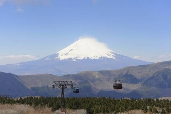 10. Hakone, Phú Sỹ, Nhật Bản. Tuyến cáp treo Hakone cho bạn tầm nhìn đẹp nhất đến đỉnh Phú sỹ phủ tuyết trắng xóa. Ngoài ra còn rất nhiều cảnh đẹp thiên nhiên khác như các hồ bao quanh ngọn núi.