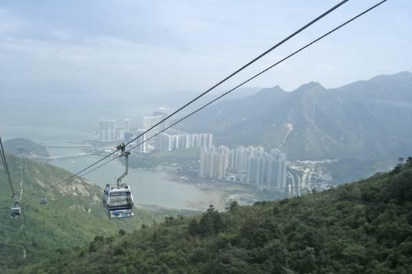 2. Ngong Ping 360, Hong Kong. Tuyến cáp treo Ngong Ping 360 nằm trên đảo Lantau của Hong Kong sẽ đưa bạn đến làng Ngong Ping, nơi đặt bức tượng phật bằng đồng cao 34 m được coi là biểu tượng của sự hòa hợp giữa con người và thiên nhiên, giữa chúng sinh và niềm tin vào phật pháp. Trên chuyến đi kèo dài 25 phút này, bạn còn được chiêm ngưỡng biển Hoa Nam cùng đảo Lantau trập trùng đồi núi xanh biếc.