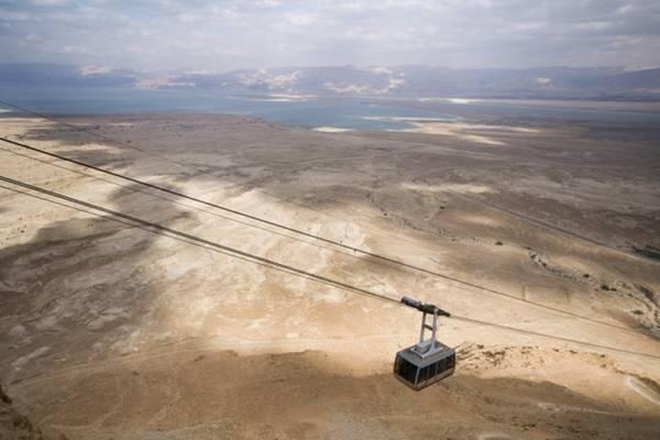 <strong>5. Masada, Israel.</strong> Những người yêu thích lịch sử chắc hẳn sẽ muốn một lần đi tuyến cáp treo này. Trên đường đi du khách sẽ được chiêm ngưỡng những di tích lịch sử, trong đó có Pháo đài Masada trên núi đá 400 m đã được UNESCO chứng nhận là di sản thế giới, và Biển Chết.