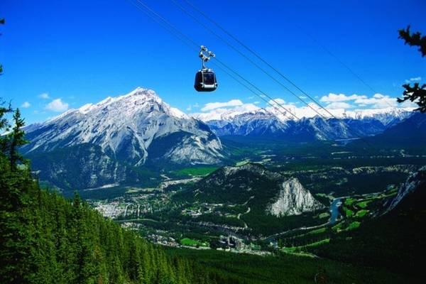 <strong>6. Núi Sulphur, Banff, Canada.</strong> View đẹp nhất tại Công viên Quốc gia Banff chính là trên tuyến cáp treo này. Nằm ngoài thị trấn Banff chỉ 5 phút đi xe, tuyến cáp treo sức chứa 4 người sẽ đưa bạn lên độ cao 2.500 m cách mực nước biển để chiêm ngưỡng 6 dãy núi tuyệt đẹp.
