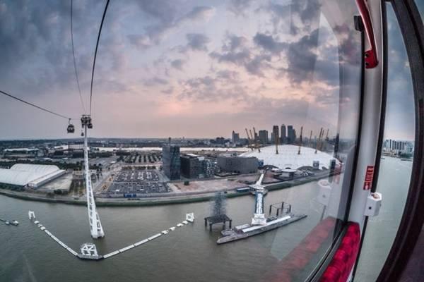8. Emirates Air Line, Luân Đôn. Được xây dựng cho Thế vận hội 2012, Emirates Air Line chở du khách từ Luân Đôn qua sông Thames đến Greenwich. 10 phút trên không đi kèm cùng với view đẹp đến vô cùng của thành phố.