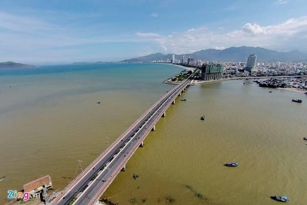 Đường Trần Phú nối dài tới cầu Trần Phú trên con sông Cái. Cầu dài 460 m, rộng 22 m, được khởi công năm 1999, khánh thành tháng 9/2002.