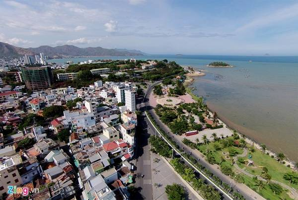 Tuyến đường này đi qua địa danh Hòn Chồng rồi kết thúc ở khu vực Bãi Tiên.