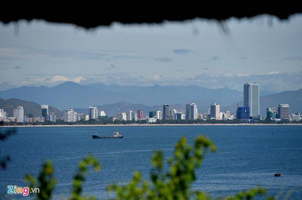 Bờ biển Nha Trang nhìn từ đảo trên biển.