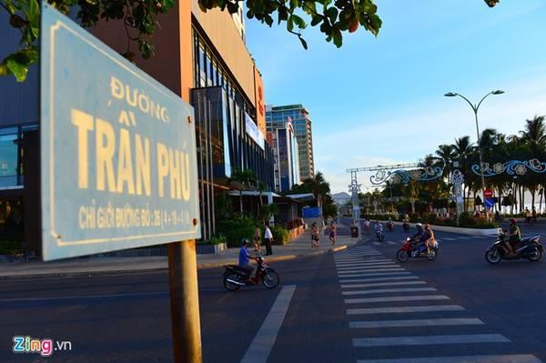 Du khách đến với thành phố biển nổi tiếng của Việt Nam này đều chọn con đường sầm uất làm trung tâm cho mọi hoạt động trong kỳ nghỉ . Nơi đây tập trung đủ các nhà hàng, quán bar, cửa hàng thời trang, trung tâm vui chơi giải trí.
