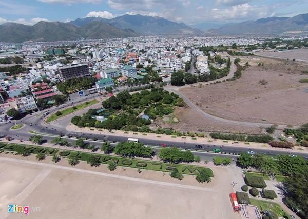 Điểm trung tâm của đường Trần Phú bắt đầu từ nút giao Hoàng Diệu được thành phố chỉnh trang cắt tỉa cây xanh thành dòng chữ chào mừng du khách đến với Nha Trang bằng tiếng Anh (Welcome to Nha Trang).