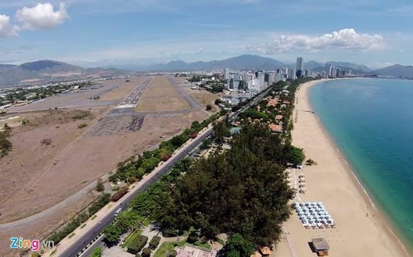 Nhìn từ trên cao có thể thấy đường băng của sân bay cũ. Khu vực này thuộc địa giới hành chính của các phường Phước Hòa, Phước Hải, Phước Long và Vĩnh Nguyên.