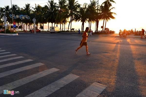 Vào lúc tinh mơ, người dân thường tập thể dục chạy dọc theo tuyến đường này.
