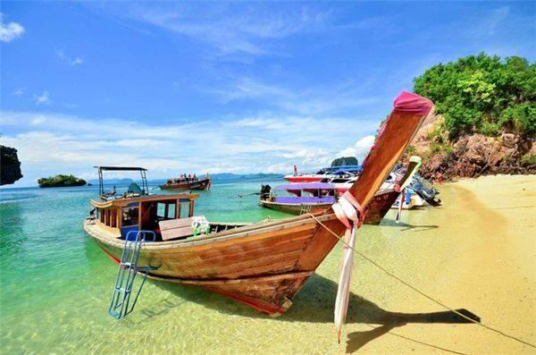 Phuket, Thái Lan: Đây là một trong những hòn đảo thiên đường của Thái Lan, thu hút rất nhiều khách du lịch trên thế giới. Nhiều trang tư vấn du lịch bình chọn Phuket là điểm đến giá rẻ cho khách du lịch bụi với trải nghiệm tắm nắng và món pad Thái ngon nhất. Tuy nhiên, nơi đây lại quá đông đúc. Gợi ý thay thế cho bạn là đảo Phú Quốc, Việt Nam. Hòn đảo nằm khá xa đất liền, bao quanh là những bờ biển cát trắng. Du lịch Phú Quốc hiện chưa quá phát triển và là nơi lý tưởng cho du khách thích nghỉ dưỡng.