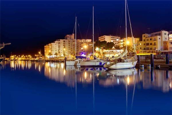 Ibiza, Tây Ban Nha: Tiệc tùng ở đây được nhiều du khách nhận xét giống như một cuộc chè chén cuối tuần tại hộp đêm sôi động nhất New York. Ibiza nổi tiếng là điểm ăn chơi thâu đêm suốt sáng với khoảng 2,8 triệu du khách đổ xô đến mỗi năm. Tuy nhiên nếu bạn không thích những âm thanh DJ quay cuồng, lễ hội âm nhạc của Croatia là lựa chọn phù hợp. Ngoài cuộc sống về đêm sôi động không kém Ibiza, nơi đây còn có các bãi biển đầy nắng và câu lạc bộ ngoài trời thú vị.
