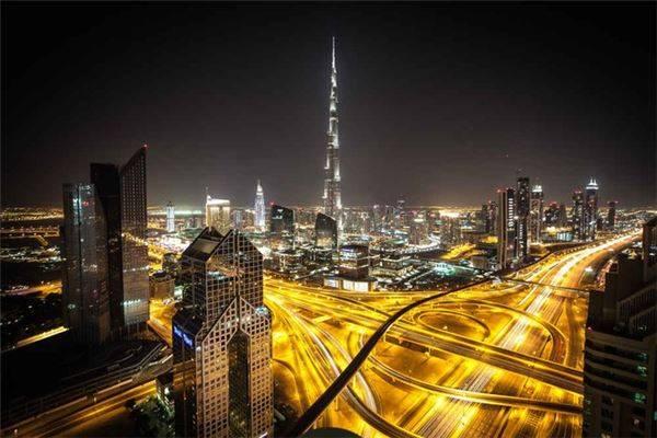 Dubai, UAE: Thành phố Dubai nổi tiếng thế giới với các trung tâm thương mại xa hoa, xây bằng đá cẩm thạch và những tòa nhà chọc trời, đạt kỷ lục thế giới. Tuy nhiên với nhiệt độ cháy da, các bữa ăn đắt đỏ và thiếu văn hóa đặc trưng khiến nhiều du khách ước mình chưa từng bỏ ra hàng chục giờ bay để đến đây. Khi đó, lựa chọn thay thế cho bạn là Thượng Hải, Trung Quốc. Ngoài các nhà hàng sang trọng gắn sao Michelin, nơi đây còn rất phong phú về điểm đến văn hóa như các bảo tàng nghệ thuật. Bạn cũng có thể bắt đầu hành trình khám phá Thượng Hải bằng việc thưởng thức đồ uống trên tầng thượng, ngắm đường chân trời Phố Đông, đến một câu lạc bộ trên bến Thượng Hải, rồi kết thúc với vài chiếc bánh bao xiaolongbao lúc đêm khuya.