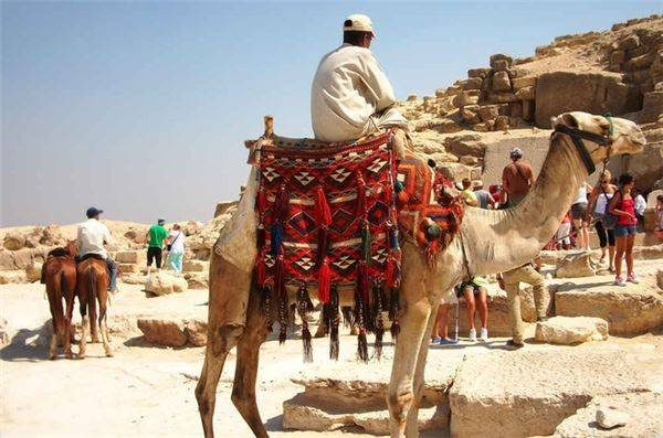 Các kim tự tháp của Cairo, Ai Cập: Là điểm du lịch bậc nhất thế giới và Ai Cập, các kim tự tháp ở Cairo lúc nào cũng đông đúc và rác xả bừa bãi, trong khi người dân địa phương lại không ngừng bám theo du khách. Do đó, thay vì đến đây, bạn có thể chọn Marrakech, Fes và Meknes ở Morocco. Không chỉ cảm nhận được khung cảnh nhộn nhịp khi đi bộ qua khu chợ Hồi giáo, du khách còn có thể ngắm nhìn phong cảnh tuyệt đẹp khi nơi đây nằm bên bờ cả Đại Tây Dương và Địa Trung Hải, gần sa mạc Sahara và dãy núi Atlas.