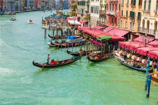 Venice, Italy: Các con kênh ở Venice có thể là một trong những điểm đến được thổi phồng nhất thế giới. Một chuyến du ngoạn bằng thuyền gondola đi qua các dòng nước bị ô nhiễm thường được mô tả thơ mộng, trong khi đó du khách phải trả 110 USD cho 40 phút trải nghiệm. Nếu bạn vẫn muốn tham quan Italy, hãy chọn bờ biển Amalfi chạy dọc phía Nam bán đảo Sorrentine. Các vách đá dựng đứng và màu nước xanh rực rỡ cũng đủ để bạn quên đi chuyến đi thuyền gondola đắt đỏ. Hãy chọn đi vào mùa thấp điểm (tháng 5-6 hoặc 9-10) và lên kế hoạch dừng ở Positano, Ravello, Sorrento và Amalfi.
