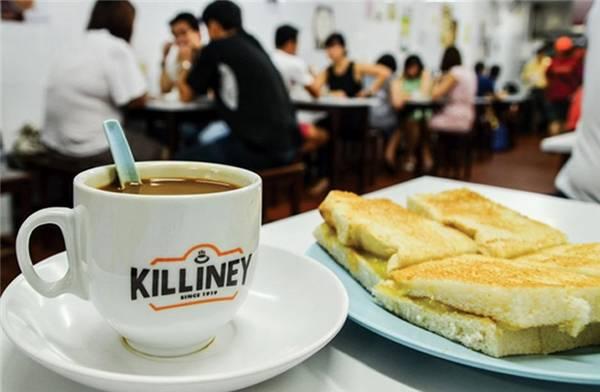 Bữa sáng với bánh mì nướng kaya và tách kopi tại một cửa hàng Killiney Kopitiam