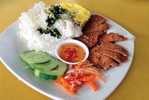 Cơm tấm Việt Nam có giá 4,5 S $
