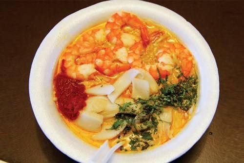 Món laksa được nấu với hải sản và nước cốt dừa