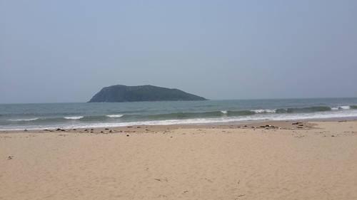 Vũng Chùa – Đảo Yến Nơi đây thuộc thôn Thọ Sơn, Quảng Trạch, cách Đèo Ngang khoảng 7 km về phía nam, được bao bọc bởi Hòn La, Hòn Gió và Đảo Yến (Hòn Nồm). Vũng Chùa - Đảo Yến hiện lên với cảnh sắc hoang sơ của núi rừng biển đảo. Biển Vũng Chùa có cát trắng mịn, nước biển trong xanh cùng khung cảnh thanh bình. Đây là nơi an nghỉ cuối cùng của Đại tướng Võ Nguyên Giáp. Tại khu vực này từng có một ngôi đền rất linh thiêng nhưng đã bị xóa mòn theo gian. Nền móng là di vật còn sót lại của ngôi đền. Ảnh: Hoàng Thương.