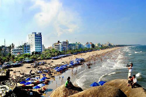 Biển Sầm Sơn ngày hè thu hút khách du lịch. Ảnh: Mạnh Cường