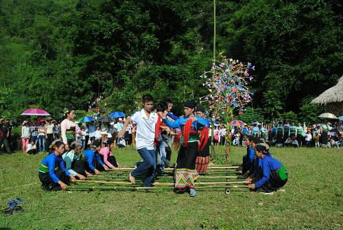Nhảy sạp trong lễ hội của người Mường.