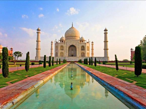Được xếp vào một trong 7 kỳ quan đẹp nhất hành tinh thời đương đại, ngôi đền Taj Mahal, Ấn Độ cuốn hút du khách với sự lộng lẫy khó tin và không gian mê hoặc như cổ tích. 18 năm xây dựng và 20 nghìn người làm việc đã hoàn thành ngôi đền lãng mạn và đẹp tuyệt mỹ này