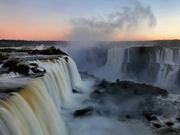 Thác Iguazu là một trong những kỳ quan đẹp nhất hành tinh, nằm trên biên giới giữa Brazil và Argentina