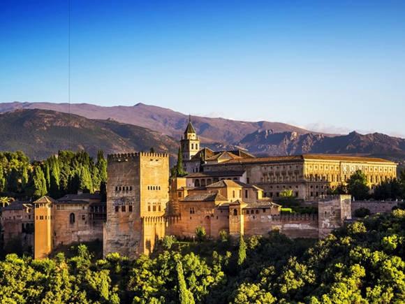 Alhambra là một trong những quần thể cung điện và vườn tược nổi tiếng thế giới. Cung điện được thiết kế hài hòa giữa kiến trúc của người Hồi giáo, Hy Lạp và La Mã cổ đại