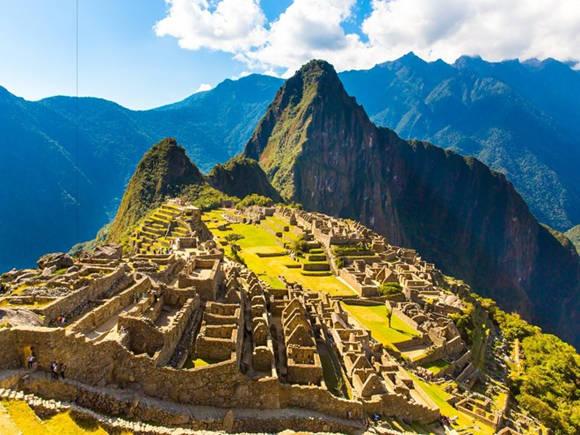 Machu Picchu, Peru là khu tàn tích trong tình trạng bảo tồn tốt trên một quả núi có chóp nhọn. Machu Picchu được cả thế giới biết đến nhờ công của nhà khảo cổ học Hiram Bingham – người đã