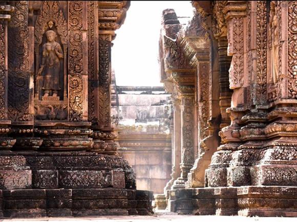 Khu quần thể đền Angkor Wat, Campuchia là một trong những di chỉ khảo cổ học quan trọng nhất thế giới. Từng là kinh đô đế chế Khmer nhưng ngày nay, Angkor Wat vẫn là điểm tâm linh của Campuchia. Trên quốc kỳ Campuchia có hình khu đền chính Angkor Wat được thiết kế nổi bật, là hình ảnh biểu tượng của đất nước này