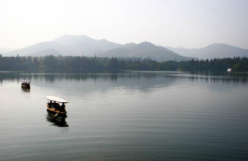 Tây Hồ, Hàng Châu ẩn chứa nhiều truyền thuyết kỳ bí. Ảnh: famouswonders.