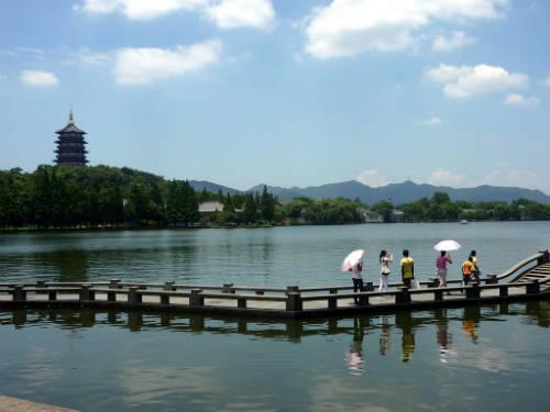 Cầu Đoạn Kiều - nơi gặp gỡ của Hứa Tiên và Bạch Nương Tử, phía xa là tháp Lôi Phong.  Ảnh: unsignedworks.