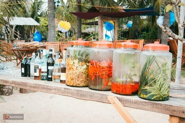 Tới Coco Beach Camp là bạn phải thử món cocktail từ ớt, gừng, sả,... cực độc chiêu của quán.