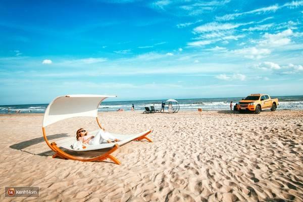 Những chiếc võng hay ghế lười được bày khắp nơi trên bãi biển để bạn tha hồ chụp ảnh và tận hưởng gió trời.