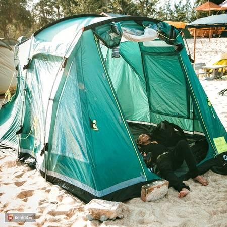 Nằm trong lều tận hưởng cảm giác yên bình và trong lành của nơi này.