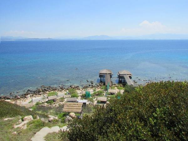 Hòn Nội là một đảo yến thuộc thành phố Nha Trang, Khánh Hòa. Để tới đây, du khách phải mất hơn một giờ đi tàu từ cảng Cầu Đá. Quãng đường dài khoảng 25 km (chừng 13 hải lý).