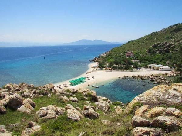 Đến Hòn Nội, du khách có thể tham quan bãi tắm đôi, điểm đặc biệt của hòn đảo này với cát mịn, nước trong xanh, mát lạnh. Ngoài ra, bạn cũng có thể đi Hòn Ngoại, Hòn Sam cách Hòn Nội chỉ vài phút đi tàu.