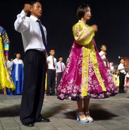 Người dân nhảy múa mừng ngày kỷ niệm 70 năm ngày giải phóng khỏi chế độ thuộc địa của Nhật. Vicky cho biết cô muốn thông qua những bức ảnh của mình, mọi người trên khắp thế giới có thể hiểu thêm về cuộc sống của người dân Triều Tiên.