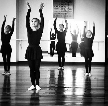 Một buổi học múa ba lê của các bé gái Triều Tiên.