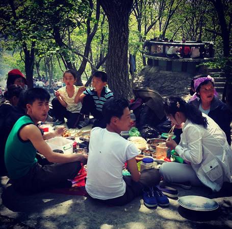 Bữa tiệc BBQ trong công viên.