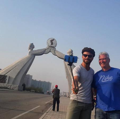Hai du khách nước ngoài chụp ảnh cùng gậy selfie tại Bình Nhưỡng.