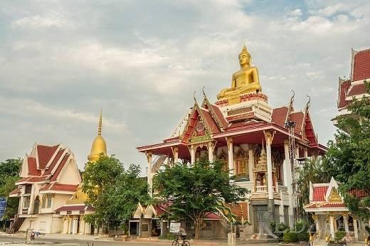 Sừng sững trên đỉnh ngôi chùa Wat Lam Duan là tượng Phật khổng lồ trông ra dòng Mekong êm đềm.
