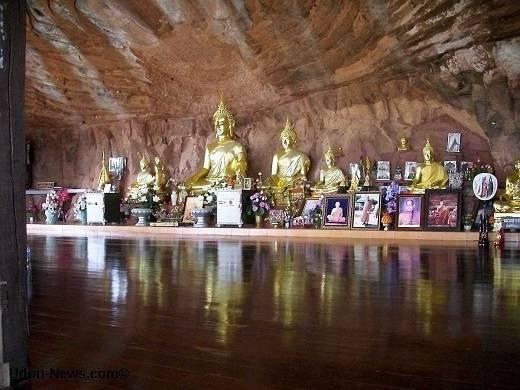 Bên trong hang động là căn gác gỗ dành cho các vị sư ở Isaan. Wat Phu Tok là một ngọn núi thanh bình, thu hút hàng ngàn tín đồ Phật giáo khắp Thái Lan vượt đường xa đến đây để tham gia thiền.