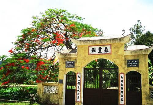 Đền thờ Trần Khát Chân, làng cổ Đông Sơn.