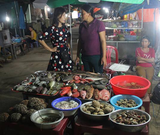 """Hải sản tươi được bày bán ở """"xóm nướng"""" đêm Lý Sơn - Ảnh: Võ Quý Cầu"""