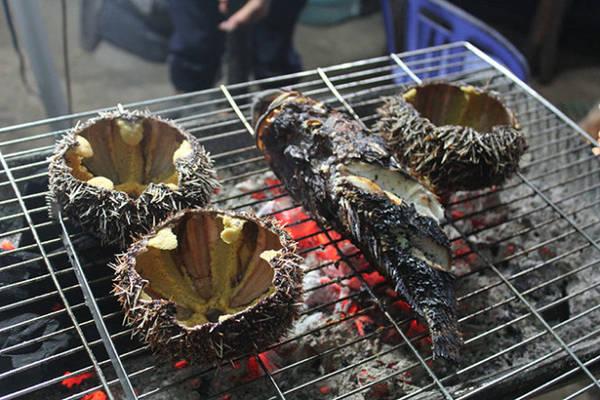 Nhum, cá biển nướng trên than hồng - Ảnh: Võ Quý Cầu