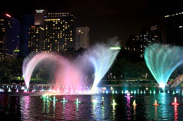 Nhạc nước ở trước tháp đôi Petronas Twin Towers.