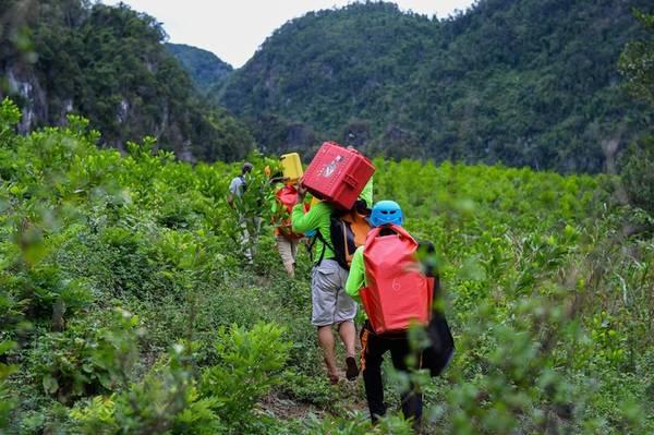 Thuộc hệ thống hang động Tú Làn, hang Tiên là điểm đến dành cho những người bắt đầu với các tour chinh phục ở Quảng Bình. Hang nằm lọt thỏm giữa những dãy núi lớn và tán cây rậm rạp, do đó trước khi tiến đến cửa hang, du khách sẽ phải băng rừng, vượt suối và trekking qua những lối mòn.
