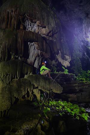 Không như nhiều hang khác, du khách phải tiếp tục trải qua một chặng đường khó khăn mới đến được điểm ngắm tuyệt đẹp, tại đây, bạn có thể chiêm ngưỡng cột thạch nhũ ngoạn mục ngay ở cửa hang.